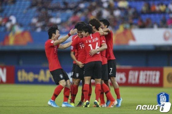 12일 태국 송클라 틴술라논 스타디움에서 열린 2020 아시아축구연맹(AFC) U-23 챔피언십 한국과 이란의 조별리그 2차전에서 조규성이 전반35분 추가골을 넣은 후 동료들과 기뻐하고 있다. / 사진 =뉴스 1