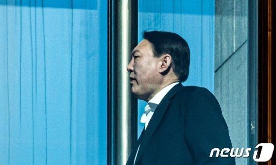 윤석열 검찰총장이 15일 오후 서울 서초구 대검찰청 청사에서 점심식사를 하기 위해 이동하고 있다. 2020.1.15/뉴스1 © News1 이재명 기자
