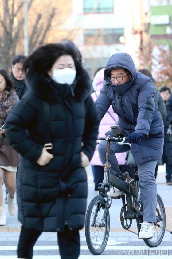 경기·강원 지역에 한파특보가 내려진 15일 오전 서울 종로구 광화문사거리 일대에서 시민들이 두꺼운 옷을 입고 발걸음을 옮기고 있다. / 사진=강민석 기자 msphoto94@