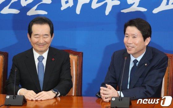 정세균 국무총리(왼쪽)가 15일 오후 서울 여의도 국회에서 이인영 더불어민주당 원내대표를 찾아 이야기를 나누며 환하게 웃고 있다./사진=뉴스1