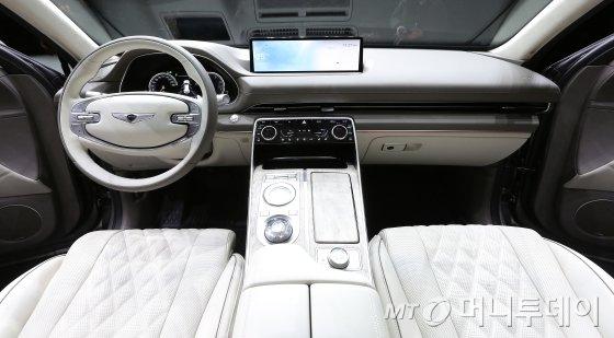 현대자동차그룹 고급 브랜드 제네시스가 15일 오전 경기 고양시 킨텍스에서 첫번째 럭셔리 플래그쉽 SUV 'GV80'의 실물 차량을 선보였다.'GV80'은 제네시스가 처음 선보이는 후륜구동 기반의 대형 SUV 모델로, 2017년 미국 뉴욕에서 콘셉트카로 첫 선을 보인 뒤 2년9개월 만에 실제 차량이 공개됐다.역동적이고 우아한 디자인 철학을 가진 'GV80'의 3.0 디젤 모델 가격은 6580만원부터 시작하며, 가솔린 2.5/3.5 터보 모델을 더해 총 3가지 엔진 라인업을 운영할 계획이다. / 사진=김창현 기자 chmt@
