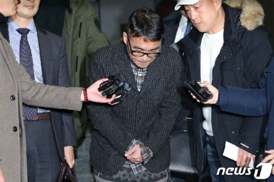 [사진] 고개 숙여 인사하는 김건모 '심려 끼쳐 죄송 진실 밝혀지길'