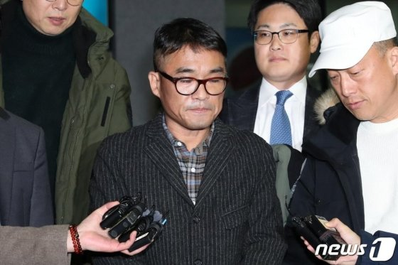 유흥업소 성폭행 혐의를 받고 있는 가수 김건모가 15일 오후 서울 강남경찰서에서 피고소인 조사를 마치고 취재진의 질문을 듣고 있다./사진=뉴스1