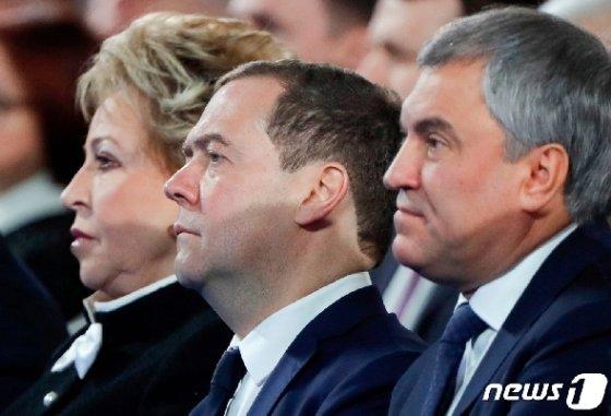 드미트리 메드베데프 러시아 총리(가운데)가 15일 국가두마(하원)에서 블라디미르 푸틴 대통령의 2020년 새해 국정연설을 듣고 있다. © 로이터=뉴스1