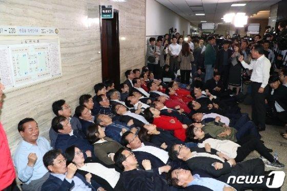 자유한국당 의원들이 지난해 4월26일 서울 여의도 국회에서 열리는 사개특위회의장 앞에서 농성을 하고 있는 모습. /뉴스1 DB © News1 김명섭 기자