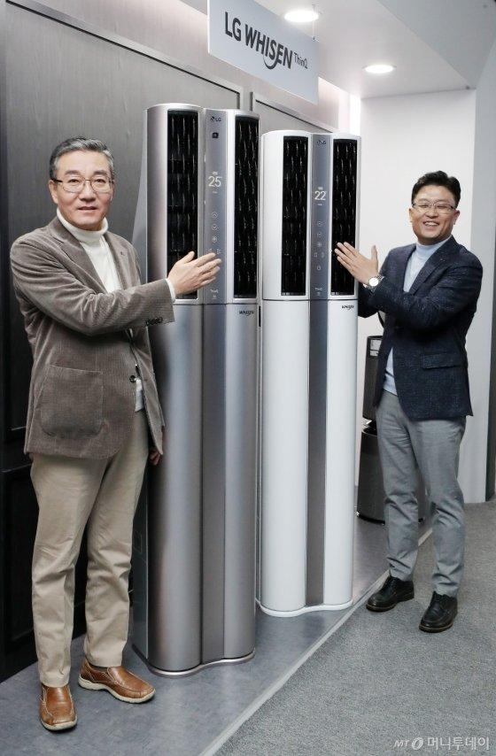 이감규 LG전자 에어솔루션사업부장, 임정수 한국B2B마케팅담당이 16일 오전 서울 강남구 청담동 디자이너클럽에서 열린 LG전자 '2020년형 LG 휘센 싱큐 에어컨' 출시 행사에서 기념촬영을 하고 있다.<br />