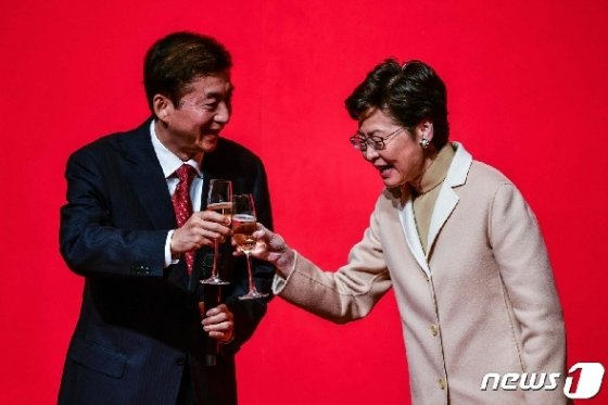 [사진] 건배하는 캐리 람과 中 홍콩 연락판공실 주임