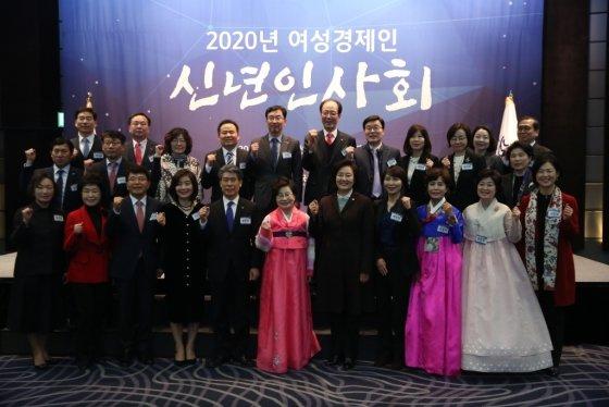(왼쪽 여섯번째부터 정윤숙 한국여성경제인협회 회장과 박영선 중소벤처기업부 장관 등 참석자들이 17일 여성경제인 신년인사회에서 기념사진을 촬영하고 있다. /사진제공=중소벤처기업부