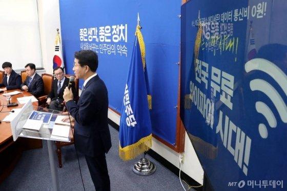 더불어민주당 조정식 정책위의장이 15일 오전 서울 여의도 국회에서 제21대 총선 제1호 공약을 발표하고 있다./사진=홍봉진 기자