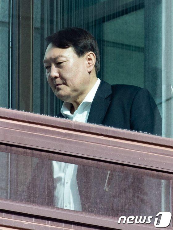 윤석열 검찰총장이 17일 오후 서울 서초구 대검찰청에서 점심식사를 하기 위해 이동하고 있다. 2020.1.17/사진=뉴스1
