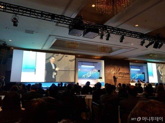 빌 앤더슨 로슈 CEO(최고경영자)가 지난 14일(현지시간) 미국 샌프란시스코에서 열린 JP모건 헬스케어 콘퍼런스에서 발표를 하고 있다./사진=김근희 기자