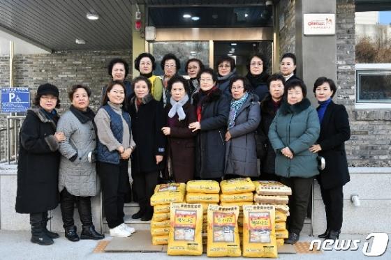 [사진] 전몰군경미망인회 부산지부, 위문품 전달로 봉사활동 시작
