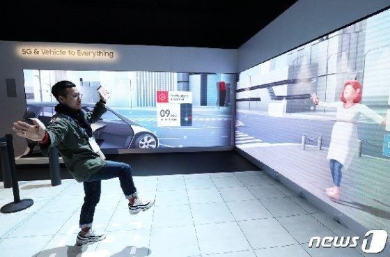 국제가전전시회 'CES 2020'(Consumer Electronics Show) 에 마련된 삼성 전시장에서 한 관람객이 5G와 사물인터넷에 기반한 스마트시티 체험을 하고 있다. 2020.1.8/뉴스1 © News1 오대일 기자
