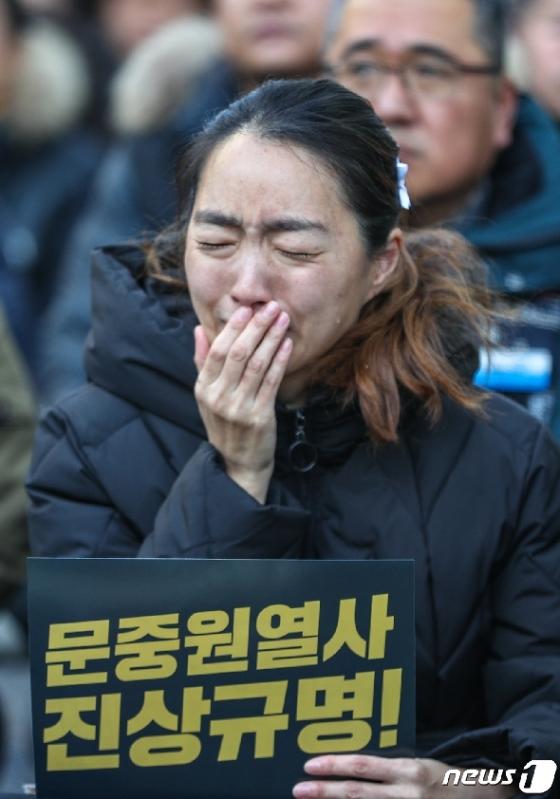 [사진] 오열하는 고 문중원 기수 부인 오은주 씨