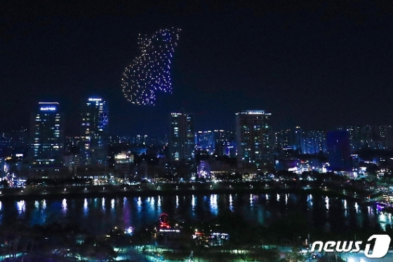 [사진] 밤하늘을 수놓는 드론으로 만든 대형 쥐