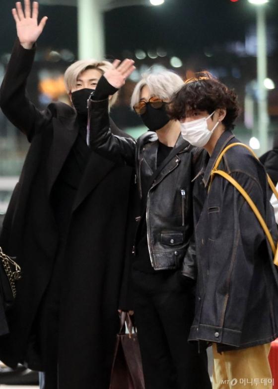 [사진]RM-지민-뷔 '블랙스완 첫무대 기대하세요!'