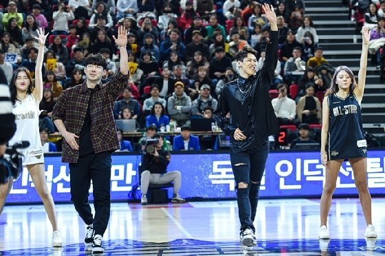 멋진 공연을 선보인 전자랜드 김낙현(왼쪽)과 SK 김선형. /사진=KBL 제공<br /> <br />