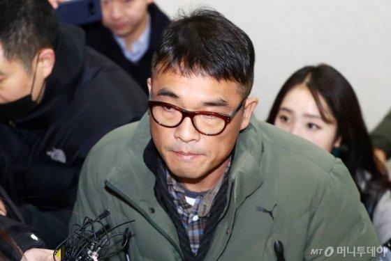 유흥업소 종업원을 성폭행한 혐의를 받는 가수 김건모씨가 15일 오전 서울 강남경찰서에 출석하고 있다. / 사진=강민석 기자