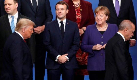 지나가는 트럼프 대통령(사진 맨아래 왼쪽)을 응시하는 에마뉘엘 마크롱 프랑스 대통령(가운데 왼쪽)과 앙겔라 메르켈 독일 총리(가운데 오른쪽). /AFPBBNews=뉴스1
