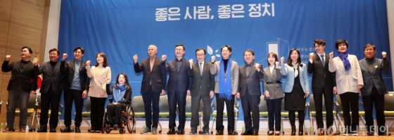 [사진]파이팅 외치는 민주당 영입인재들
