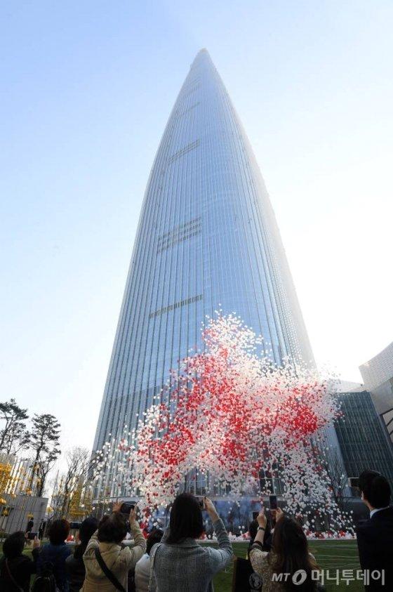 롯데월드타워 그랜드 오픈일인 3일 서울 송파구 롯데월드타워에서 개장을 축하하는 풍선 세레머니가 펼쳐지고 있다. / 사진=이기범 기자 leekb@
