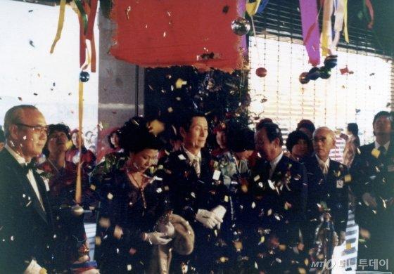 1979년 12월 롯데쇼핑센터 개장 테이프 커팅 행사를 끝낸 신격호 롯데그룹 명예회장. / 사진제공=롯데그룹