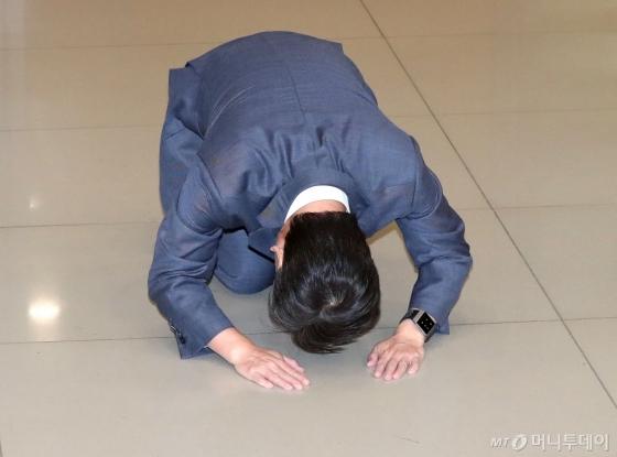 [사진]큰절하는 안철수