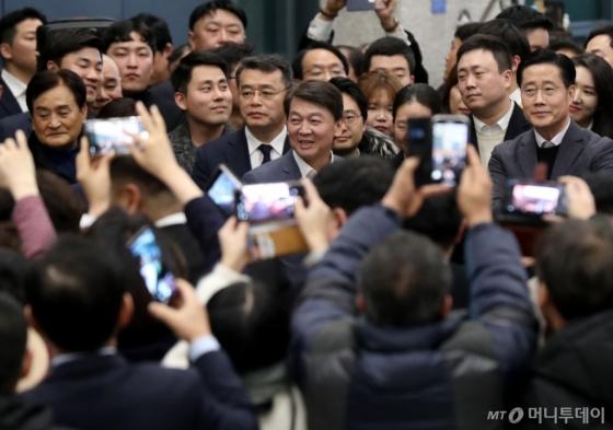[사진]안철수, 지지자 환영 속 귀국