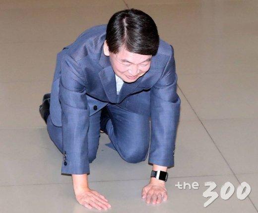 바른미래당 안철수 전 의원이 19일 오후 인천국제공항을 통해 귀국, 큰절하고 있다. / 사진=홍봉진 기자 honggga@