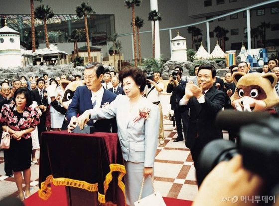 1989년 7월 롯데월드 개관식에 참석한 신격호 롯데그룹 명예회장. / 사진제공=롯데그룹