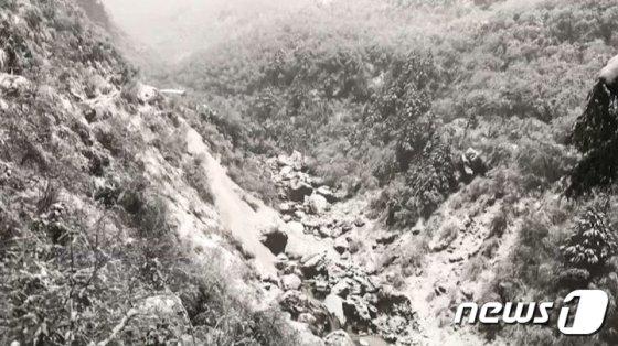 (서울=뉴스1) = 히말라야 안나푸르나에서 눈사태로 한국인 4명이 실종돼 수색 중이라고 외교부가 18일 밝혔다.   외교부에 따르면 지난 17일(현지시간) 오전 10시30분쯤 네팔 안나푸르나 베이스 캠프(ABC) 트레킹 코스 중 해발 3230m 데우랄리(Deurali) 지역에서 눈사태가 발생해 트레킹을 하던 한국인 9명 중 4명이 실종됐다. 나머지 5명은 안전하게 대피한 상태라고 외교부는 설명했다.   사진은 미래 도전프로젝트 참가 대원이 촬영한 히말라야 안나푸르나의 모습. (전라남도교육청 제공) 2020.1.18/뉴스1  <저작권자 © 뉴스1코리아, 무단전재 및 재배포 금지>