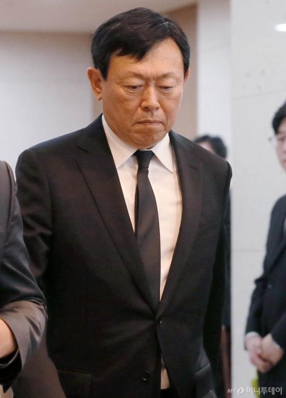 [사진]빈소 나서는 신동빈 회장