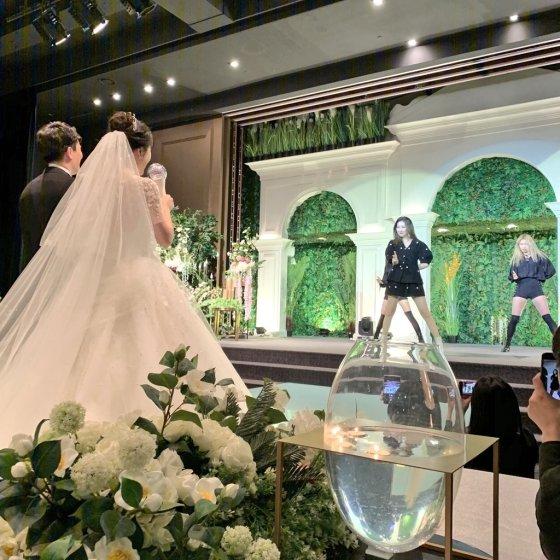 선미의 14년 차 팬 커플이 지난 19일 트위터를 통해 선미의 결혼식 축가 현장을 공개했다./사진=트위터 캡처