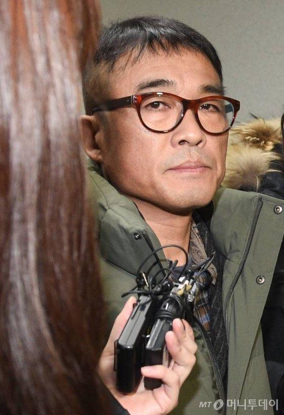 유흥업소 여종업원 성폭행 혐의를 받고 있는 가수 김건모가 지난 15일 오전 서울 강남경찰서에 피고소인 조사를 받기 위해 출석하는 모습./ 사진=강민석 기자 msphoto94@