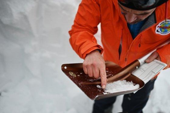하쿠바 스키장의 한 관리자가 눈 상태를 체크하고 있다. /사진=AFP