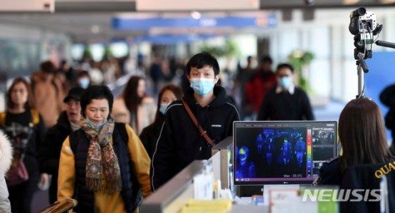 국내에서 '우한 폐렴' 확진자가 발생했다. 사진은 지난 9일 인천국제공항 제1여객터미널에서 중국발 항공기 입국자들이 열감지카메라가 설치된 검색대를 통과하는 모습./사진=뉴시스