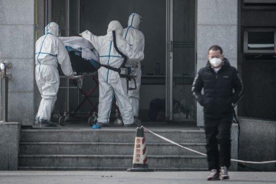 중국 우한시 진인탄 병원에서 지난 18일 의료진들(왼쪽)이 신종 코로나바이러스 감염환자를 병원 내로 옮기는 모습./사진=AFP