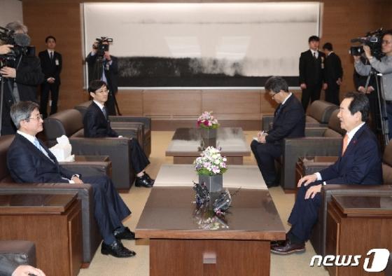 丁총리, 대법원장·헌법재판소장 예방…