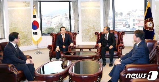 정세균 총리가 유남석 헌법재판소장을 예방해 대화를 나누고 있다. 박지혜 기자