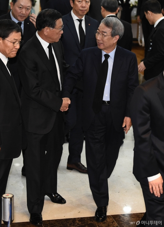 [사진]故 신격호 명예회장 빈소에서 만난 박삼구-정운찬