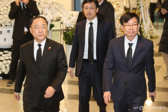 [사진]故 신격호 빈소 찾은 홍남기 부총리-김상조 정책실장