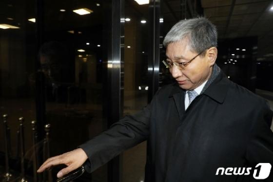 [사진] 검찰 출석한 장충기 전 삼성 미전실 사장