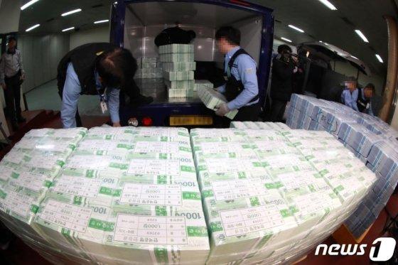 설 연휴를 앞둔 20일, 한국은행 강남본부에서 시중은행에 공급할 설 자금 방출작업을 벌이는 모습./사진=뉴스1