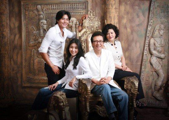 장욱조씨 가족사진. 왼쪽부터 배우 장희웅, 피아니스트 장지연, 장욱조 부부./사진=장욱조의 생명나무 홈페이지