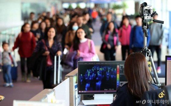 국내서 '중국 원인불명 폐렴' 증상자가 발생한 가운데 9일 인천국제공항에서 질병관리본부 국립검역소 직원들이 중국발 항공기를 통해 입국하는 승객들의 체온을 측정하고 있다. / 사진=인천국제공항=이기범 기자 leekb@