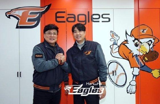 한화 김태균(왼쪽)과 정민철 단장이 23일 FA 계약 뒤 손을 맞잡고 있다. /사진=한화 이글스