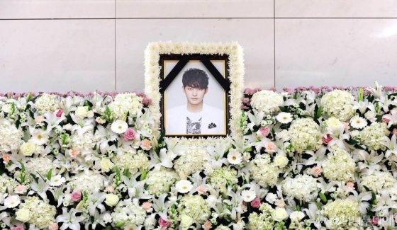 지난 21일 우울증 치료 중 사망한 배우 하지원의 친동생 故 배우 전태수의 빈소가 22일 오후 서울의 한 종합병원 장례식장에 마련되어 있다. // 사진=사진공동취재단