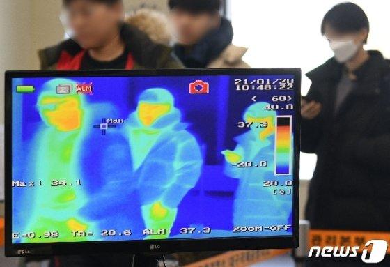 국내에서 중국 '우한 폐렴' 확진 판정자가 발생한 가운데 21일 오전 대구국제공항 국제선 입국장에서 중국 상하이(上海)를 출발해 대구에 도착한 탑승객들이 열화상카메라가 설치된 검역대를 통과하고 있다. 2020.1.21/뉴스1 © News1 공정식 기자