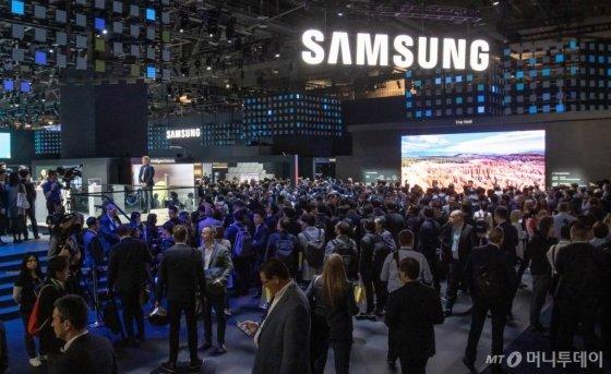 미국 라스베이거스에서 열리는 세계 최대 전자 전시회 CES 2020 개막일인 7일(현지시간) 삼성전자 전시관 입구가 많은 관람객들로 붐비고 있다. /사진제공=삼성전자