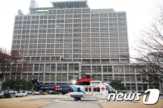 19일 오후 경기도 수원시 아주대학교 병원에 시험 비행을 하는 닥터헬기가 착륙하고 있다. / 사진 = 뉴스 1